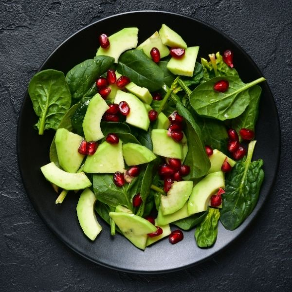 Awokado to dobry składnik zdrowej sałatki.