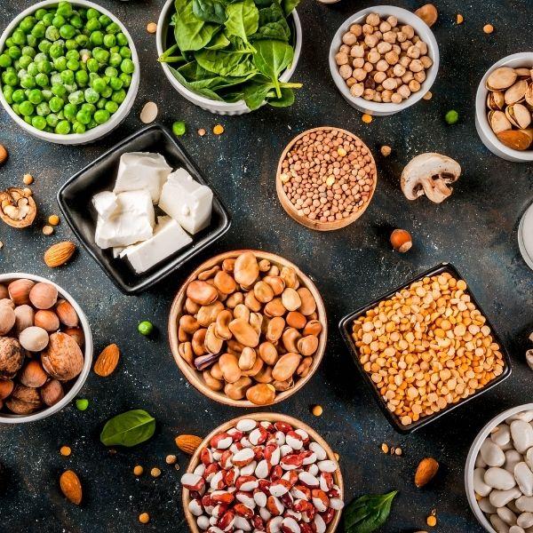 Zdrowa sałatka powinna zawierać białko.