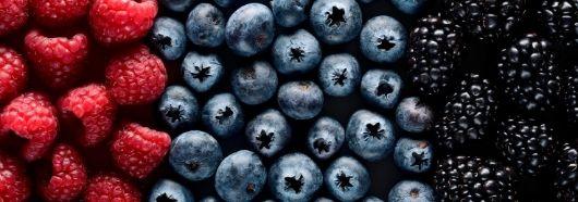 Owoce jagodowe wspomagają leczenie przyczyny łuszczycy.