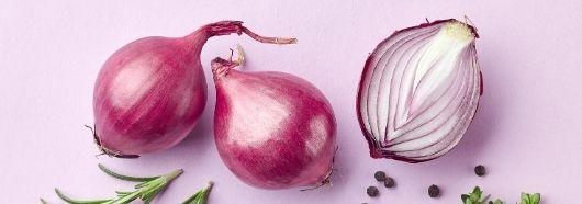 Warzywa cebulowe wspomagają leczenie przyczyny łuszczycy.
