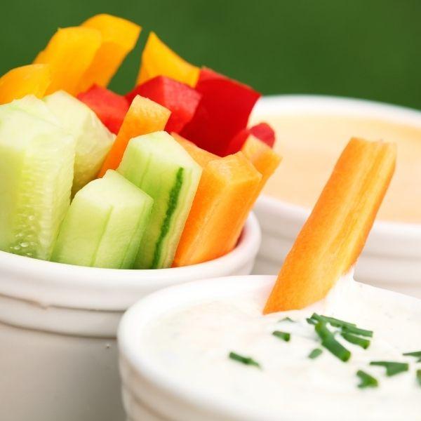 Podawaj warzywa z dipem, aby zachęcić dzieci do ich jedzenia.