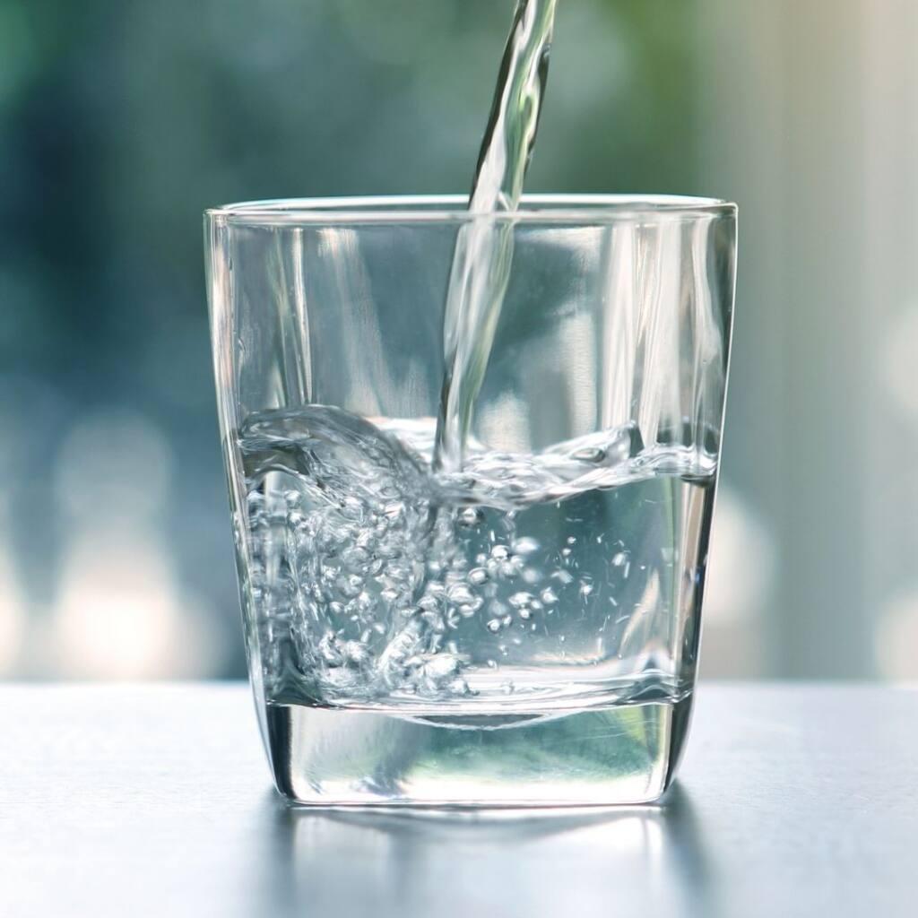 Pij więcej wody, by zachować zdrowe jelita.